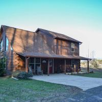 Cozy Cabin Living by Lake Chatuge with Hot Tub!, hotel in Hiawassee