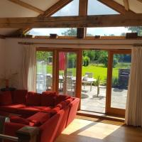 4 Bed Ensuite Rural Contemporary Airy House, hotel in Chiddingfold