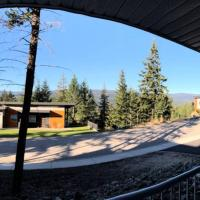 Cozy New Rancher with Stunning View Beach Access, hotel em Vernon