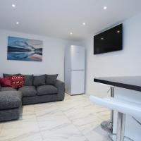 HAGLEY WEST HOUSE, 5 bedrooms with 7 BEDS, 3x doubles beds, 4x singles beds,2 toilets,2 bathrooms, sleeps 7-10 people