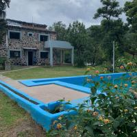 Los NOGALES casa de campo, hotel in Yala