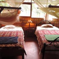 Maloca cabaña 4 habitaciones con baño, hotel en Lamas