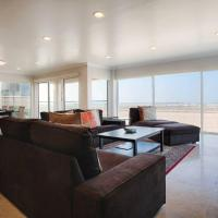 Beach Front Dream 2 Story Condo!, hotel in Los Angeles