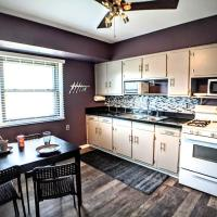 Pristine quiet 3 bedroom upper, hotel near General Mitchell International Airport - MKE, Milwaukee