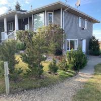 1, 2 or 3 bedroom acreage house South Red Deer, hotel em Penhold