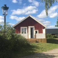 Fin stuga på hästgård med sjö och bastu, hotel in Hölö
