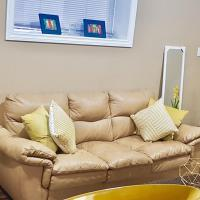 3 Beds/ 1 Bath Suite By 2 shopping Centres, Costco, Best Buy, hotel em Grande Prairie