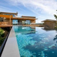 Villa de luxe surplombant la mer, piscine suspendue