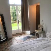 Chambre avec salle d'eau et wc privatifs au chateau, hôtel à Razengues