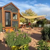 Tiny Home W/ Mountain View, Hot tub, Garden
