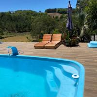 Sitio com piscina aquecida a 12km de Treze Tilias SC, hotel in Ibicaré