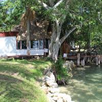 Cabaña Eco-Romántica para 2 en la Laguna Milagros, hotel in Huay Pix