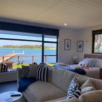 Serenity by the Lake - Romantic Waterfront Couple's Getaway, hotel in Marks Point