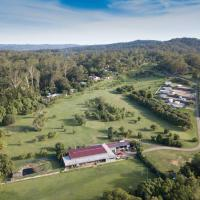 Sunshine Coast retreat your own private golf course, hotel em Diddillibah