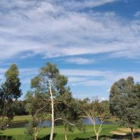 Sweet Holiday Home by the Golf Course, hotel in Canberra