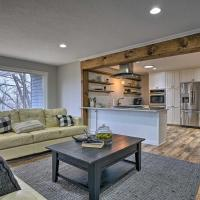 Chic Chaska Retreat with Deck Overlooking Dtwn!、Chaskaのホテル