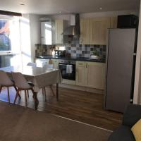 Cawley Priory, Chichester City Centre Apartment with parking, Sleeps 4