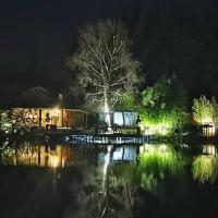 Cottage privatif avec spa au bord de l'eau.