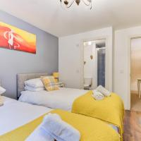 Comfortable GF Apartment sleeps 4-6 great for contractors with private parking by Sussex Short Lets