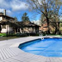 Deep Cove Estate with Pool, hotel a North Saanich