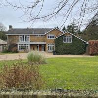 Stunning Oxfordshire 5 Bedroom House in 2 acres, hotel in Aston Rowant