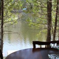 Chalet Lac Long - Spa au bord du lac, hotel em Saint Adolphe D'Howard