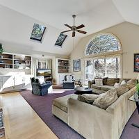 Spacious Home on Swan River - Walk to the Beach home, hotel in West Dennis