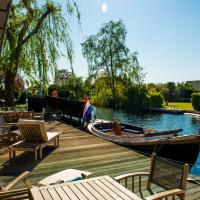 Snug Holiday Home in Vinkeveen with Jetty, Terrace
