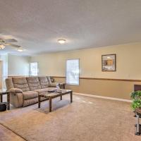 Pet-Friendly Hawkinsville Home with Shared Pool, hôtel à Hawkinsville