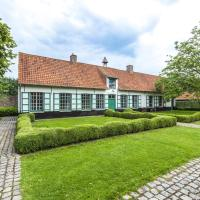 beautifull renovated farmhouse with traditional elements and a big garden, hotel in Beernem