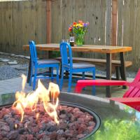 Paddlers Paradise! Walk to River! Seasonal Kayaks! Hot Tub!! Fire Table! BBQ! Fast WiFi!! Dog Friendly!, hotel in Guerneville