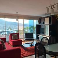 Modern apartment in private gated community, hotel em Quito