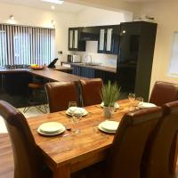 2 bed house with sofa bed, sleeps up to 6, Large garden, smart TVs and free parking - Contractors, relocation, business travellers