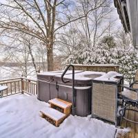 Cozy Retreat with Hot Tub on Sleepy Hollow Lake, hotel in Athens