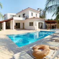 Luxury 5 bedroom villa with pool, hotel in Polemi