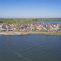 Detached holiday home on the Markermeer, near Amsterdam, hotel in Uitdam