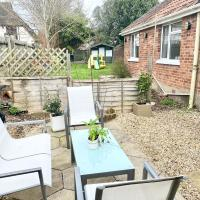 Cosy Bungalow in Ringwood Town Centre with lots of Parking and Large Enclosed Garden