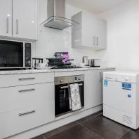 Remaj Serviced Accommodation, sleeps 7 & free parking