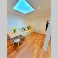 Luxury detached studio- walking distance to CWOA!, hotel in Chessington