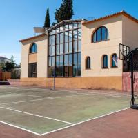 Stunning home in Otura with Outdoor swimming pool, WiFi and 9 Bedrooms, hotel in Otura