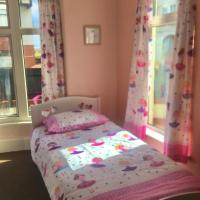 PAIGNTON SEAFRONT , PRIVATE ENTRANCE ,GROUND FLOOR 2 BEDROOMS , GARDEN FAMILY SUITE , Private Parking ,Wifi ,Movies ,Bathroom ,Sleeps 2 Adults 4 Children