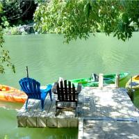 Reflections! Seasonal Dock & Kayaks!! Hot Tub!! Fire Table! BBQ! HUGE yard! Horseshoes! Dog Friendly!, hotel in Guerneville