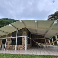 Paraíso en la montaña con cascadas y lago de pesca, hotel in Acacías