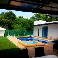 Casa con Piscina Privada en Lagos del Peñon