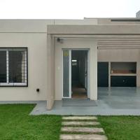 Casa en Tierra de Sueños 2 con parrillero y cochera, hotel en San Lorenzo