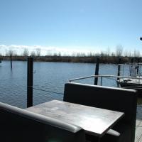 Beautiful Houseboat in the harbour of Volendam near Centre, hotel in Volendam