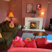 Fab house with log fire/grand piano/enclosed garden in superb village, hotel in Hartest