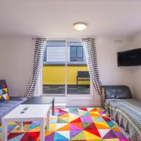 Fun funky 3 bed house for 8 guests w roof terrace