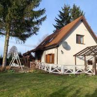 Uroczy dom nad jeziorem Śniardwy tuż obok plaży – hotel w mieście Nowe Guty