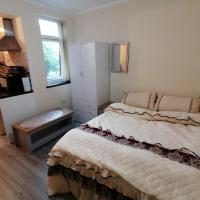 Self-contained studio flat bathrooms kitchens upgrade locations to city centre 15 minutes walking distance Nottingham universities Queen hospitals city hospitals